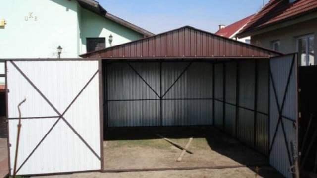 Garaż blaszany z bramą